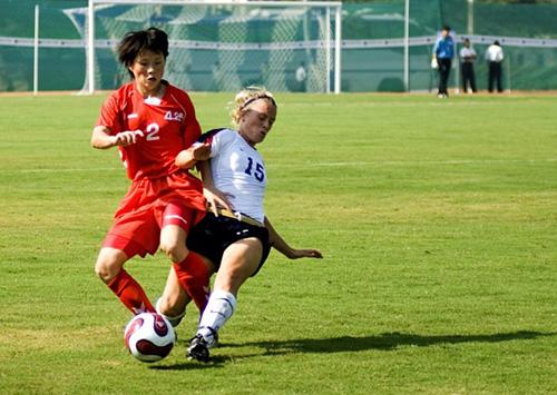 Ragazze giocano a calcio